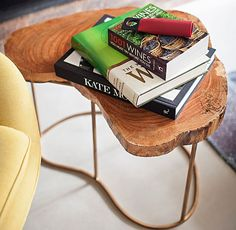 Se você decidiu adquirir uma mesa bacana, vale pensar em algo que fuja do comum. A arquiteta Paula Leonardo, do Studio ML.2, usou nesta casa uma peça com estilo mais rústico e muito elegante, com tampo de madeira.