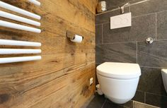 Amazing chalet design to your winter chalet. Elegance and refinement in every piece of choice that makes a simple environment, but at the same time unique and w Chalet Design, Small Cottage Bathrooms, Small Bathroom, Wood Bathroom, Small Toilet, New Toilet, Corner Wall Decor, Welcome To My House, Old Wood