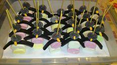 Pinquin traktatie - 2x marshmallows op elkaar - Trekdrop - donkere gombal - als snavel oranje manna (klein sneetje in gombal en ze plakken goed vast) Alles aan satéprikker rijgen en in kartonnen doos of piepschuim prikken