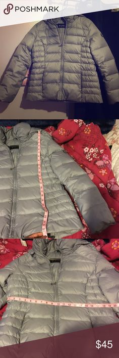 Guess winter coat Never worn guess winter coat, minor flaw not really noticeable but it is showed in the pictures. Great condition Jackets & Coats Puffers