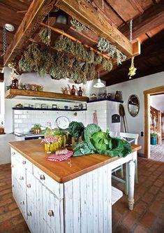 Ze starych desek podłogowych powstały meble w kuchni.