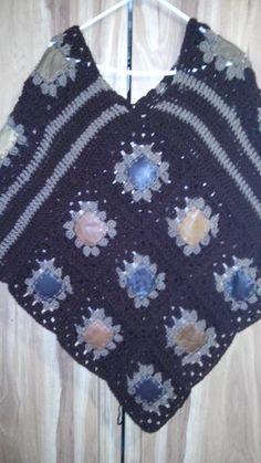 Poncho con cuadros de piel y crochet