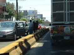 Choque López Mateos sur a norte antes de salida a La Paz carril izquierdo, vialidad presente.  21/05/2012