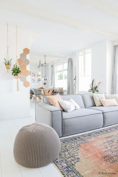 Intérieur scandinave dans les tons de gris et rose avec miroirs hexagones IKEA et planchers blancs / scandinavian living room grey and pink hues, hexagon mirrors and white floor