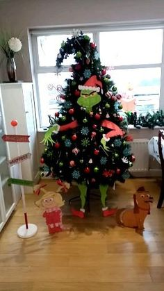 Grinch Decorations, Whoville Christmas Decorations, Grinch Christmas Party, Whimsical Christmas Trees, Funny Christmas Tree, Ribbon On Christmas Tree, Christmas Tree Themes, Christmas Projects, Christmas Diy