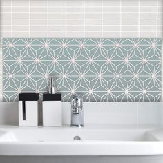kitchen splashbacks Austaarsdesign combines a subtle pink and grey gradient with bold geometric lines. Cool star shapes dot across a sparkly backdrop to create a glass Feature Tile destined to add a unique style to your room. Kitchen Backsplash Designs, Geometric Tiles Bathroom, Bathroom Splashback, Patterned Wall Tiles, Geometric Tiles Kitchen, Tiles Uk, Kitchen Splashback Tiles, Kitchen Wall Colors, Geometric Kitchen