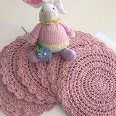Sousplat de Crochê confeccionado com barbante número 6, possui 35cm de diâmetro.