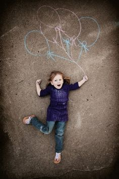 sidewalk chalk photos like this would be perfect for a kid's birthday thank you card Cute Photos, Cute Pictures, Funny Photos, Children Photography, Family Photography, Chalk Photography, Balloons Photography, Trucage Photo, Chalk Photos