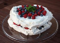 Discover recipes, home ideas, style inspiration and other ideas to try. Pavlova Cake, Mini Pavlova, Meringue Pavlova, Pavlova Toppings, Raspberry Pavlova, Christmas Pavlova, Types Of Pastry, Chocolate Pavlova, Tasty