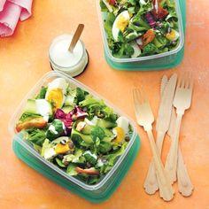 Frisse salade met komkommer, ei en yoghurt