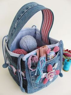 Bag from blue jeans. What a great idea to do with all my old jeans around the house. DIY - Bag from blue jeans. Want to make this for my sewing basket FOR YARN! Bag from blue jeans. this must be the one because it is the only open square bag that shows up Diy Jeans, Denim Bags From Jeans, Denim Purse, Jean Crafts, Denim Crafts, Fabric Crafts, Sewing Crafts, Sewing Projects, Knitting Projects