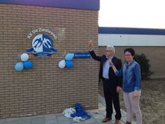 Harry Staring heeft bij @DeZwaluwen de opening gedaan van het vernieuwde clubgebouw in #Zevenaar. #proost. Zaterdag 29 maart 2014. Via twitter @Anita_tHarmsel.