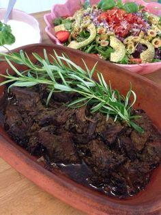 Pulled älg slår pulled pork med hästlängder! Så himla gott och jag lyckades få riktigt bra smak på köttet... Mums!! Vi åt det tillsammans med sallad och vitlökssås:) Älgkött (jag hade fransyska) OlivoljaVit balsamvinäger Soya (glutenfri) 1 kruka timjan 1 kruka bladpersilja 1 kruka rosmarin (spara lite till garnering) 4 pressade vitlöksklyftor Cayennepeppar Chilipeppar Salt...