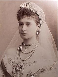 Alexandra wearing a fringe type of tiara.