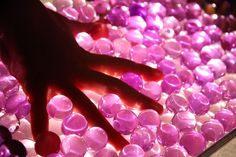 still parenting: Learning with light.water beads on a light box Kids Lighting, Water Lighting, Light Water, Diy Light Table, Overhead Projector, Sensory Experience, Water Beads, Peaceful Parenting, Light Art
