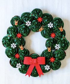 Christmas Cupcake Wreath The Sweet Rebellion Christmas Cupcake Wreath The Sweet Rebellion The Sweet Rebellion thesweetrebellion Christmas recipes and ideas Make this stunning cupcake wreath nbsp hellip Christmas Party Ideas For Teens, Adult Christmas Party, Christmas Sweets, Noel Christmas, Christmas Goodies, Christmas Baking, Christmas Wreaths, Christmas Recipes, Christmas Sweet Table