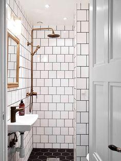 Она оформлена в скандинавском стиле, а её цветовая палитра построена на контрастах. В качестве основных акцентов использованы тёмные оттенки, которые гармонично дополняют и подчёркивают белоснежный фон. Резиденция представлена спальней, гостиной, кухней и ван