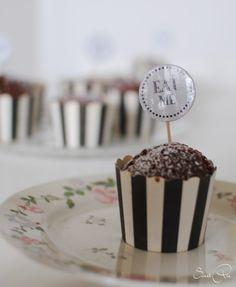 vegane Schokoladenmuffins  http://sweetpie.de/2015/05/vegane-schokoladenmuffins-buchvorstellung-mias-suse-kleinigkeiten/