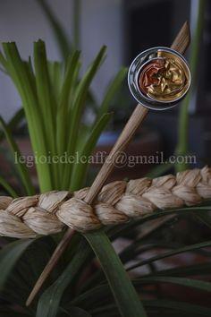 Puntale per capelli spirale. Legno e capsule verde, arancio, giallo