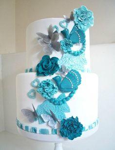 Preciosa tarta en tonos blancos y azules
