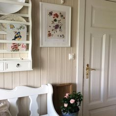 From levepaalandet:  Beige walls with white trim