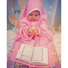 Learn Quran Academy is a platform where to Read Online Tafseer with Tajweed in USA. Best Online tutor are available for your kids to teach Quran on skype. Cute Kids Pics, Cute Baby Girl Pictures, Cute Little Baby, Little Babies, Beautiful Children, Beautiful Babies, Photo Ramadan, Baby Hijab, Cute Babies Photography