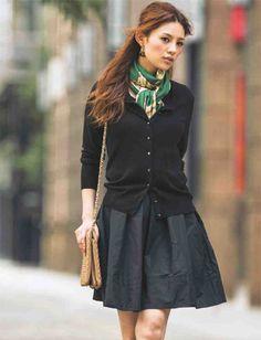 定番のファッション小物といえばスカーフ。素材や柄のチョイス、使い方で色んな着こなしができちゃうんです!今回はそんなスカーフのオススメ着こなし術を紹介します。