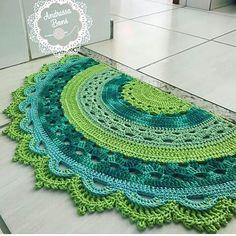 tapete-meia-lua-candy-collors-decoracao-para-quato-de-bebe - Salvabrani - DIY Home Decors , DIY Knitting , DIY Present , DIY Car Crochet Doily Rug, Crochet Rug Patterns, Crochet Carpet, Crochet Home, Crochet Designs, Crochet Crafts, Crochet Projects, Knit Crochet, Crochet Tablecloth