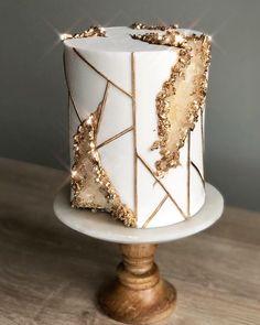 I'd definitely take this cake for granite. 🎂Beautiful geode cake by Bolo Geode, Geode Cake, Beautiful Cake Designs, Beautiful Cakes, Amazing Cakes, Beautiful Birthday Cakes, Gold Birthday Cake, 35th Birthday, Cake Decorating Techniques