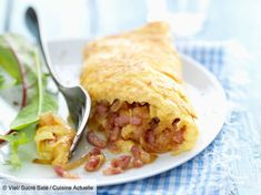 Easy recipe: Bacon and onion omelet roll Omelettes, Omelette Roulée, Egg Recipes, Easy Meals, Brunch, Food And Drink, Rolls, Stuffed Peppers, Cooking