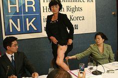 Violenza sulle donne, aborti forzati La foto ritrare la signora Bang Mi-Sun, una ex prigioniera politica Nord Coreana, che mostra la gamba piena di cicatrici…Quello che racconta è terrificante. Premessa: in Nord Corea è vietato abortire, ma nel caso che il figlio sia di sospetta origine cinese il governo impone alle donne l'aborto.. Bang Mi-Sun... Leggi