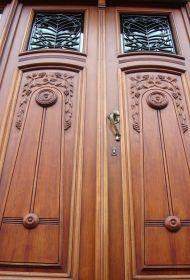 Een prachtige ambachtelijk gemaakte Art Nouveau deur, volledig inbraakveilig (driepuntslot met veiligheidscilinder) en issolerend en tochtvrij. De beglazing is naar keuze: dubbel, driedubbel, gelaagd, of geluidwerend. U kunt kiezen voor automatische ontgrendeling (drukknop, codeklavier, vingerafdruklezer,...)