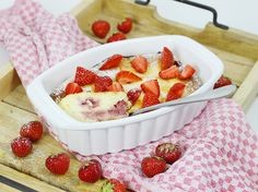 Quark-Grieß-Auflauf mit Erdbeeren Arbeitszeit: ca. 15 Min. / Koch-/Backzeit: ca. 50-60 Min. / Schwierigkeitsgrad: normal Ihr benötigt mal eine etwas andere Frühstücksidee? Wie wäre es mit einem Quark-Grieß-Auflauf mit Erdbeeren? Eine Portion hat nur 288 Kalorien und ganze 28 g Protein und ist sehr sättigend! Statt Erdbeeren könnt ihr natürlich auch Himbeeren