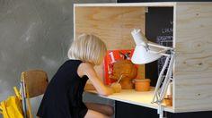 Envie de fabriquer un bureau pour votreenfant et vous cherchez un modèle sympa, fonctionnel et qui ne prenne pas beaucoup de place dans la chambre. Voilà un modèle de bureau en bois original qui va vous plaire et que vous allez fabriquer facilement même si vous n'êtes pas un as du bricolage. Comm