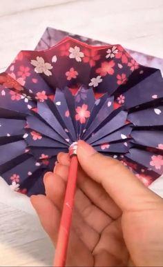 Diy Crafts Hacks, Diy Crafts For Gifts, Creative Crafts, Instruções Origami, Paper Crafts Origami, Origami Videos, Origami Butterfly, Origami Flowers, Cool Paper Crafts