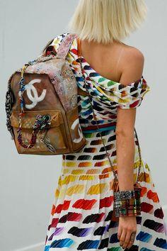 #StreetArt La exclusiva backpack en lino y grafitti de @CHANEL se suma a nuestra #Wishlist.