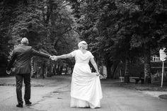 Ich finde dieses Foto einfach faszinierend. Ein typischer Schnappschuss. Ich hab da einfach ganz schnell abgedrückt, weiß aber gar nicht mehr, wer von den beiden wo hinwollte oder wie das eigentlich entstanden ist. Aber genau das ist ja meine Aufgabe als Hochzeitsfotograf. Nicht lange überlegen, sondern Momente einfangen. #hochzeitsfotograf #hochzeitsfotografsalzburg #hochzeitsfotografie #taulightmedia #hochzeit #wedding #weddingphotographer #austria #salzburg Salzburg, White Dress, Movie, Pictures, Candid Photography, Wedding Photography, Simple