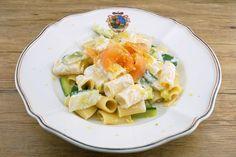 Es muss einmal gesagt sein: Das Leben ohne Pasta wäre ein trauriges. Und ohne diese erst recht – der säuerlich-frische Geschmack der Joghurt-Sauce und die knackigen Zucchini passen ideal zum zarten Aroma des geräucherten Alpenlachses, dieser Perle der österreichischen Gewässer. Man darf nicht davor zurückschrecken, Joghurt zu erwärmen, in unseren Breiten nicht wirklich üblich, schmeckt … Pasta Salad, Potato Salad, Potatoes, Zucchini Pasta, Ethnic Recipes, Food, Stuffed Pasta, Fresh, Easy Meals