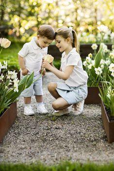 Kruununprinsessa Victorian lapset ihanissa kevätkuvissa - 6-vuotias Estelle opastaa 2-vuotiasta veljeään