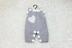 Vêtement dragées salopette grise http://www.drageeparadise.fr/contenant-a-dragees-vide_38_contenant-vetement-bapteme_salopette-dragee-coeur-gris__437_1.html