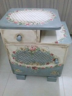 A nice table painted with folk art. Add a pattern on top and … - Upcycled Crafts Decoupage Furniture, Hand Painted Furniture, Repurposed Furniture, Shabby Chic Furniture, Vintage Furniture, Furniture Decor, Shabby Chic Crafts, Vintage Shabby Chic, Painted Chairs