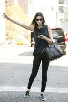 chica vestida de negro