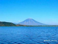 Laguna de Olomega, con el volcan Chaparrastique al fondo, en San Miguel El Salvador