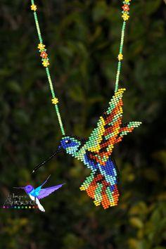 Collar Huichol Mexicano-Artesanía en Peyote Patterns, Beading Patterns, Hama Beads, Seed Beads, Beaded Earrings, Beaded Jewelry, Hummingbird Necklace, Beaded Animals, Bijoux Diy
