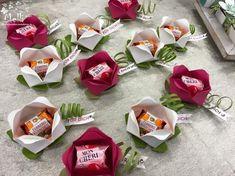 Videotutorial Blume Küsschen Blume (Kopie) The post Videotutorial Blume appeared first on Cadeau ideeën. Origami Simple, Chocolate Bouquet, Candy Bouquet, Flower Boxes, Flower Ideas, Stamping Up, Little Gifts, Paper Crafting, Paper Flowers