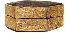 Wooden hexagonal pyxis decorated with repousse gold plates. Mycenae, Grave Circle A, Grave V, cent BC.The gold plates depict lions chasing a deer and an antelope among palm-trees, spirals and bovine heads. Mycenaean, Minoan, Historical Artifacts, Ancient Artifacts, Ancient History, Art History, Roman History, Gold Sheets, Roman Era