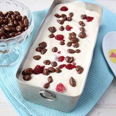 Fantastiskt krämig och lättgjord glass med hallon och frasiga chokladpuffar.