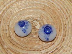 cabochons met blauw bellenpoeder. uit de hotpot. glasfusing. fused glass.