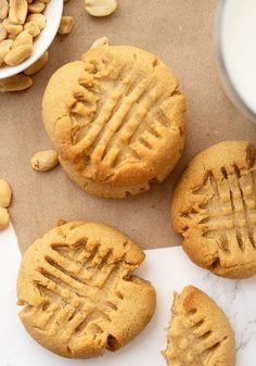 Soft Peanut Butter Cookies Peanut Butter Cookie Recipes, Butter Cookies Recipe, Easy Cookie Recipes, Soft Peanutbutter Cookies, Chewy Peanut Butter Cookies, Yummy Treats, Sweet Treats, Yummy Food, Christmas Goodies