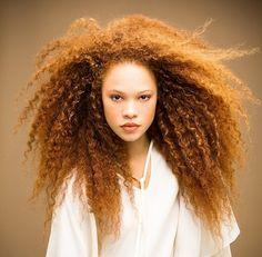 Acconciatura capelli mossi Natale: effetto testa di leone